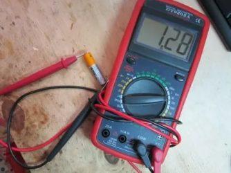 Как замерить емкость батарейки мультиметром?