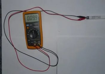 Как проверить люминесцентную лампочку мультиметром?